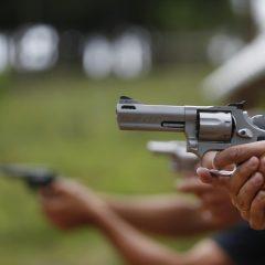 Em 2018, número de armas regulares cresceu no Brasil. Homicídios tiveram queda.