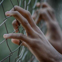 Qual a política prisional correta para homens biológicos que se autoidentificam como mulheres?